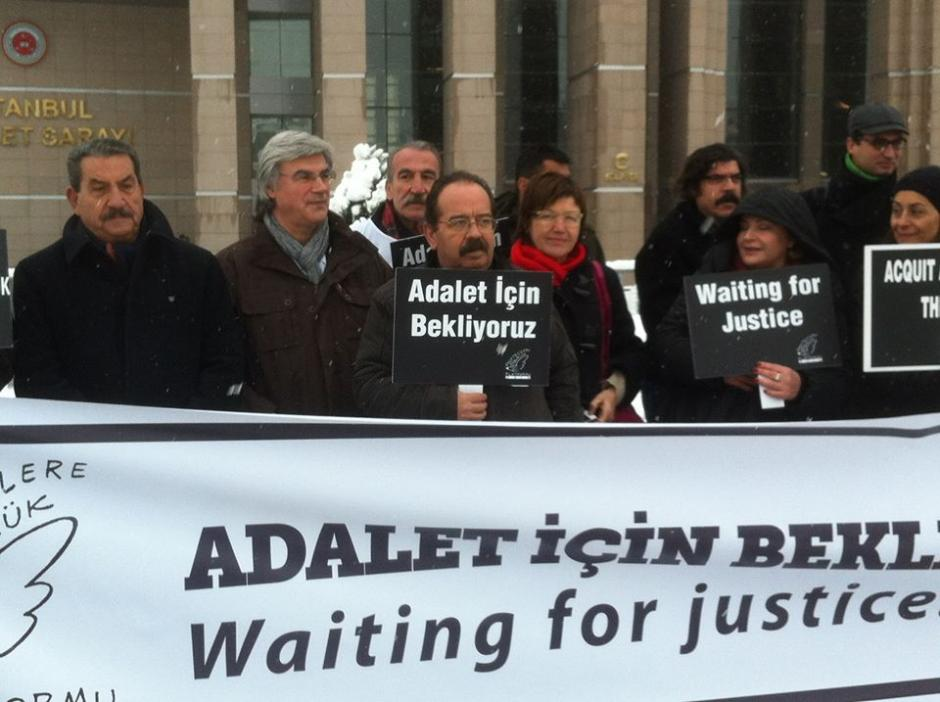 Turquie : déclaration de Patrick Le Hyaric (PCF) devant le tribunal d'Istanbul avec les journalistes menacés ou emprisonnés.