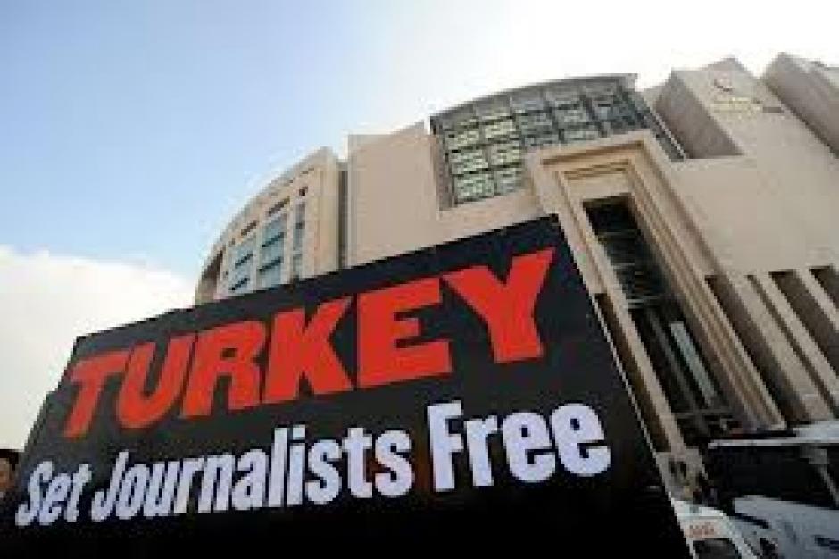 Turquie : une délégation du PCF assiste au procès des journalistes à Istanbul